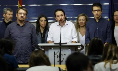 El secretario general de Podemos, Pablo Manuel Iglesias Turrión (c), durante una rueda de prensa que ofrecido en el Congreso de los Diputados de la patria; con el motivo de las negociaciones para formar el futuro gobierno de España. Efe.